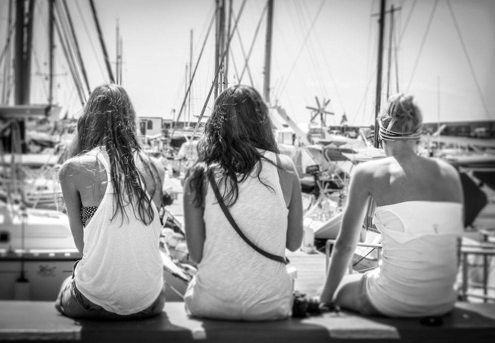 Drei Mädchen am Hafen
